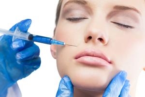 Injections d'acide hyaluronique dans les lèvres et les rides d'amertumes